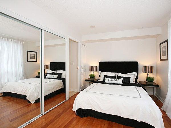 Mała sypialnia, łóżko na środku