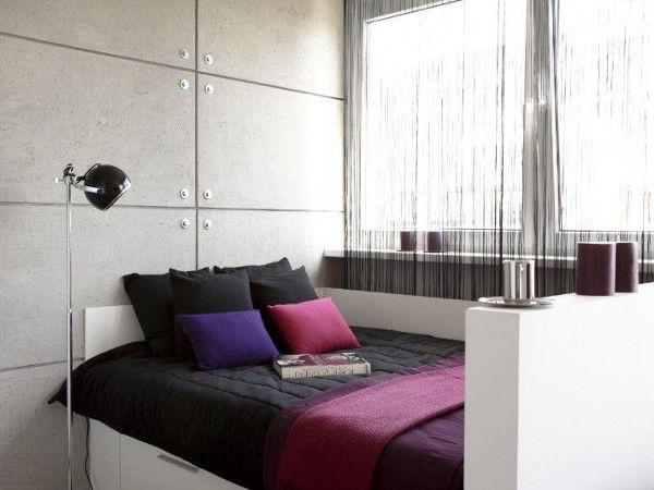 Mała sypialnia, łóżko przy ścianie