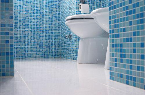 Małe błękitne płytki w łazience
