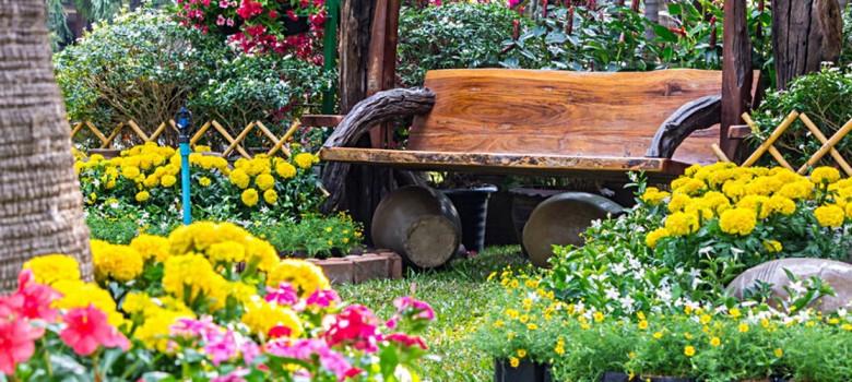 ogrod-z-lawka-i-kwiatami
