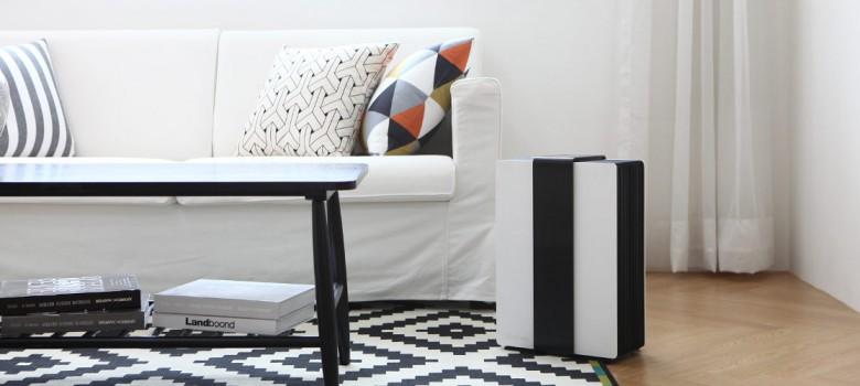 Czarno biały oczyszczacz powietrza w salonie