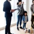 rodzina-z-dzieckiem-nowe-mieszkanie
